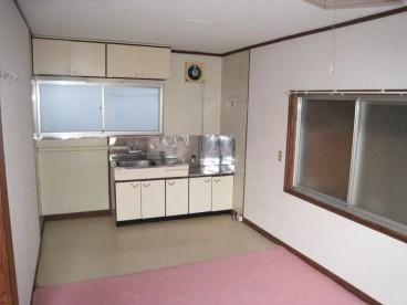 台所は9畳と広めです。ソファー、テーブルも置けますよ。