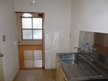 玄関からキッチン、そして奥にお部屋がございます。