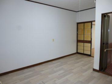 玄関入ってからの角度です。広いキッチンですね!