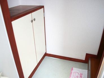 玄関には靴箱があります。これがあるとないとでは収納に差が出ます。