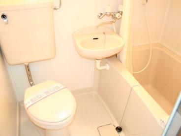 3点式ユニットバスになります。洋式トイレですので座るのが楽ですね。