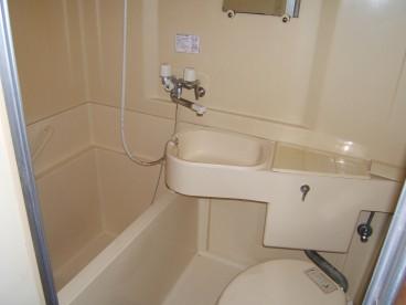 浴室は3点ユニットになります。セパレートタイプもあります。