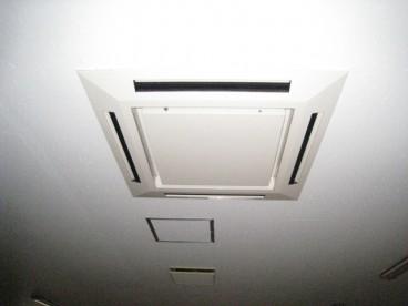 空調は天井埋め込み式エアコンです。