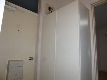 玄関はこんな感じです。収納もあります。