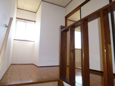 階段があり、アパートながら貸家のように過ごせますね^^