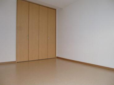 部屋は全室フローリングです。こちらは1階のクローゼット付きのお部屋