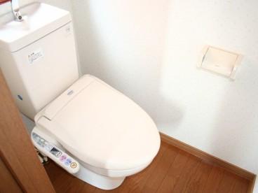トイレは独立式洋式便座です。 洋式トイレなので楽ですね。