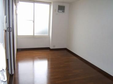 洋室になります。動線が玄関、台所、洋室と一直線ですので、使いやすいですね。