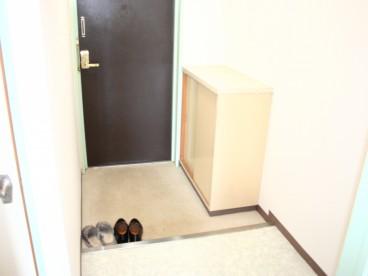 玄関には靴箱あります。ちょっとした事ですが、こういうのがあると違いますね。
