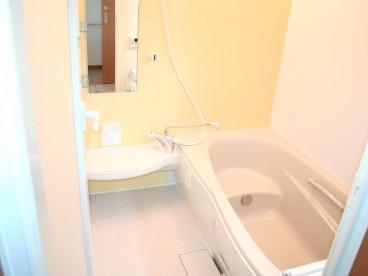 通常住宅サイズの浴室です。ゆったりお風呂に入れますね~
