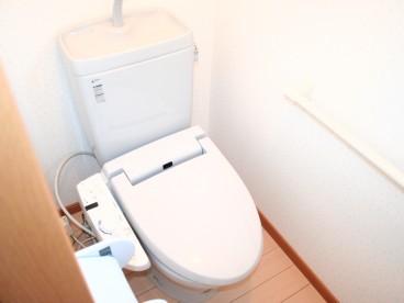 ウォシュレットトイレ、2Fにもありますのでわざわざ1Fまでおりてこなくても大丈夫