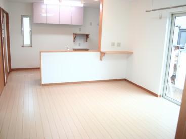 広いリビング、そして対面式キッチン