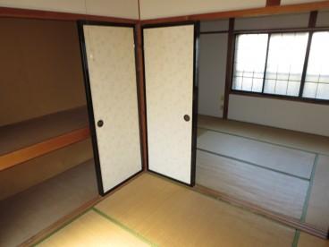 部屋は二部屋。寝室と居間と分けれますね。 荷物の多い方にもおすすめ!