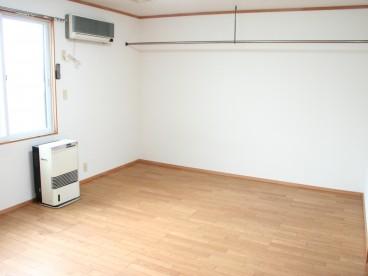 シングル用としては広めのお部屋。ストーブ、エアコン付です。