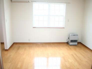木目と白のコントラストが楽しい洋室です。