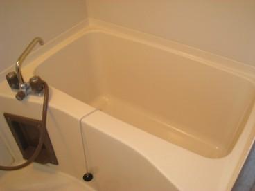 浴室は単独式ユニットバス。あずまし~