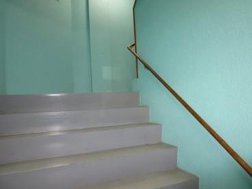 階段も広々、贅沢ですね!