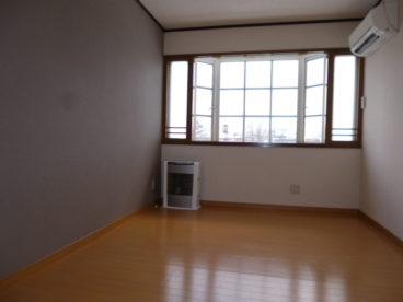 フローリング、出窓のオシャレなアパートです。