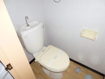 トイレは洗面所の横にあります。出た後に手洗いしやすいですね~