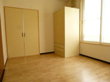 奥のお部屋は約6帖。収納もあるので着替え、寝室にいいですね!