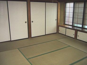 押入れが二つあります。収納力バツグン! 窓も大きく採光がとれます。