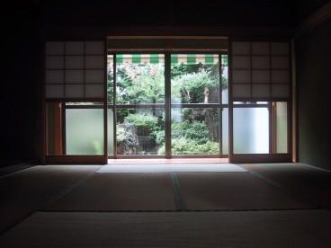 室内は落ち着いた和室になります。