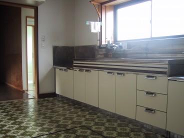 キッチンは幅広いですね。あずましく調理できそう。