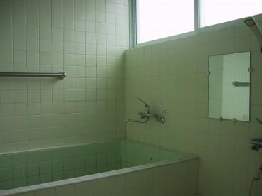 広い浴槽の浴室