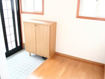 靴箱付の玄関。 靴箱あるなしで大分、収納が違いますよ~。