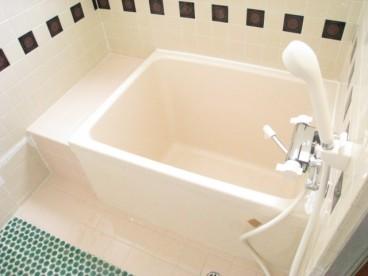 お風呂は単独式。ピンクの浴槽がカワイイですね。