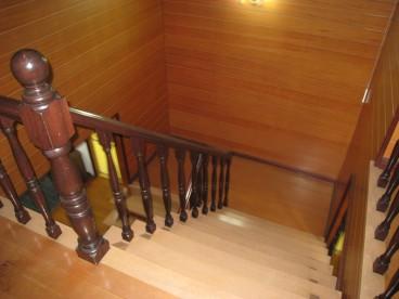 階段はアンティークな雰囲気です。