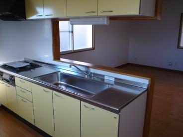 対面キッチンですと、お料理しながらご家族と会話もはずみます。