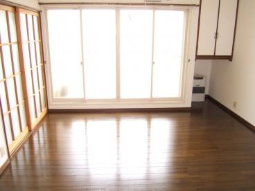 洋室のお部屋の吐き出し窓から光が差し込んできますね^^