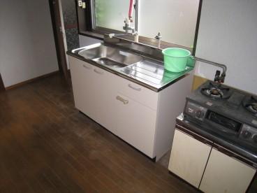 キッチンはアパート仕様と比べ多少広めなので料理が楽に出来ますね。