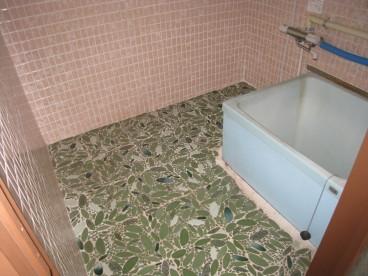 お風呂は掃除がしやすいタイル式です。