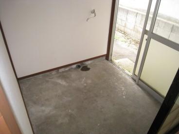広~い玄関。洗濯機置き場もあります。