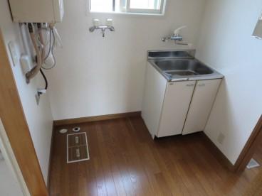 洗面台付脱衣所です。 洗濯機置き場も十分確保されていますね