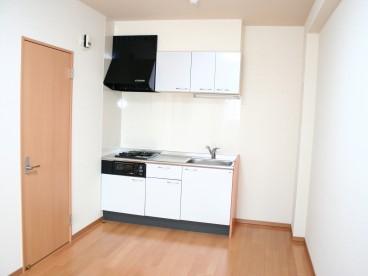 白が基調のキッチン。お部屋と一緒なので、一人暮らしには楽につかえます