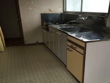 キッチンは一人暮らし用。リフォームしてみませんか?交渉承ります。