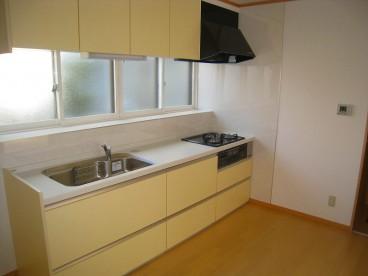 明るい白を基調としたキッチンです。ダイニングに行き来しやすく、お母さんに優しい作りです