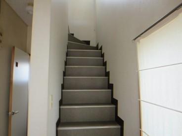 二階へ続く階段はこのような感じです