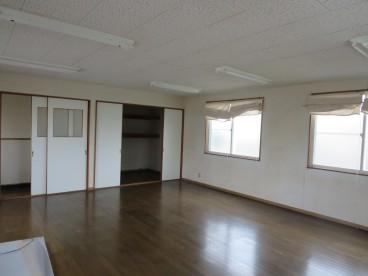 約15畳のひろ~いお部屋。事務所としての使用もありかもしれないですね。