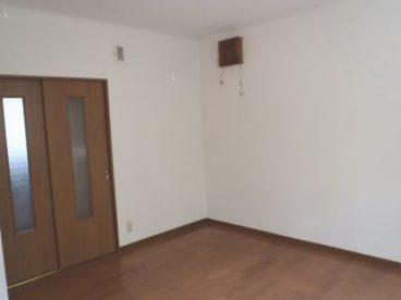 白と木目を基調とした、落ち着いた雰囲気のアパート