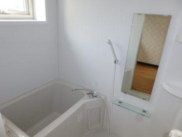 白を基調とした清潔感のある浴室