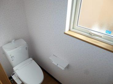 ウォシュレットトイレ。 トイレに窓もあります