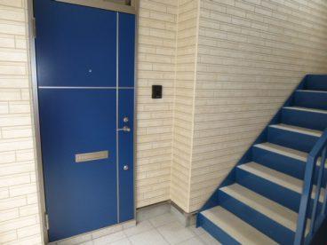青いアクセント扉がオシャレ