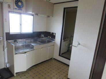小窓のあるキッチン。洗濯機置き場もあります。