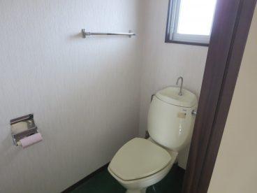 小窓付きの採光のとれるトイレです。