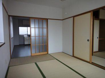 和室が二部屋続いています。 フローリングと違い寝転んでもいたくありません(^^;)