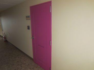 ピンクがオシャレなドアです